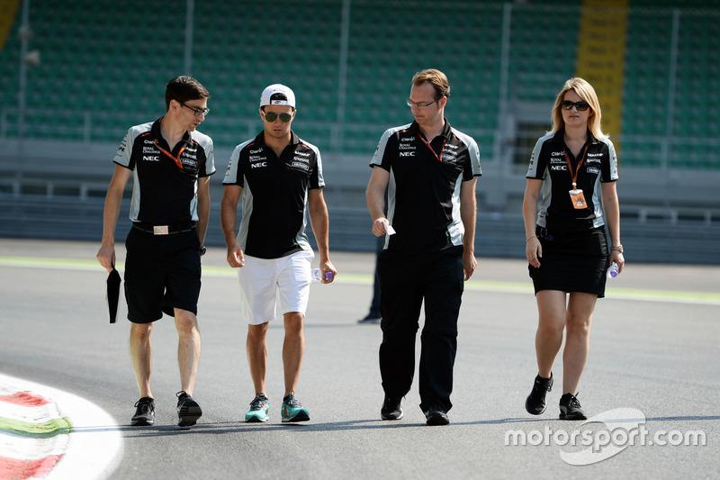 Sergio Perez, Sahara Force India F1 VJM09, ispeziona il circuito con il team