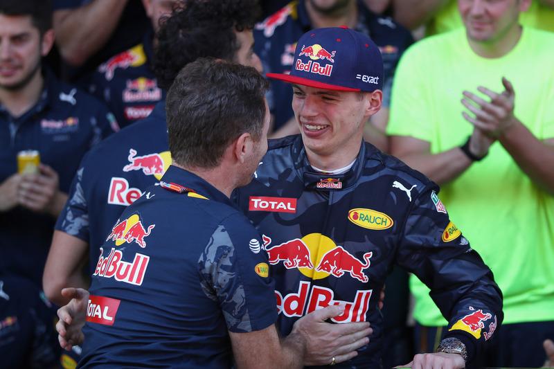 Christian Horner, Red Bull Racing Teamchef gratuliert Max Verstappen, Red Bull Racing zu ersten F1