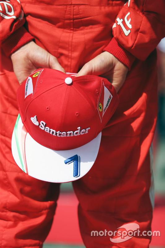 Kimi Raikkonen, Ferrari mentre la griglia osserva l'inno nazionale
