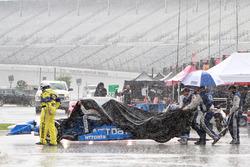 Персонал Chip Ganassi Racing под дождем
