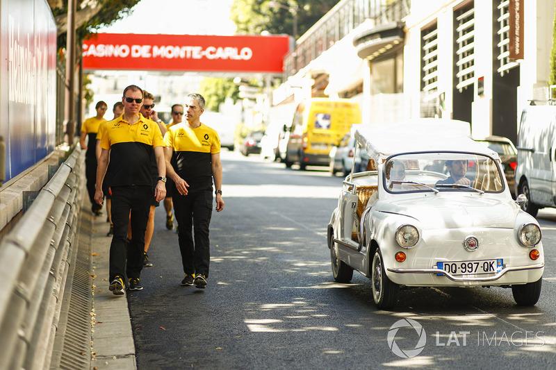 Команда Renault F1 на прогулке вдоль трассы
