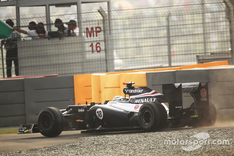 Pastor Maldonado, Williams FW34 heads through the gravel after getting a puncture