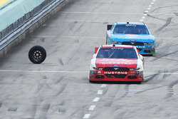 Ryan Reed, Roush Fenway Racing Ford, Aric Almirola, Ford avoid a loose wheel on pit road