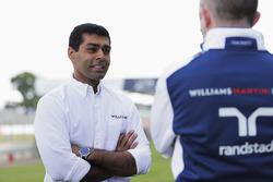 Karun Chandhok spricht mit Paddy Lowe, Williams