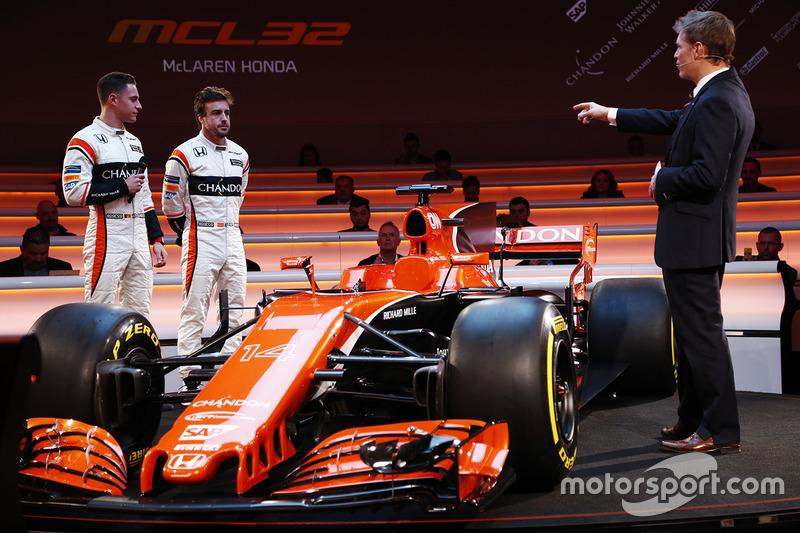 Stoffel Vandoorne, Fernando Alonso ve sunucu Simon Lazenby, McLaren MCL32 lansmanında
