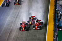 Столкновение на старте: Себастьян Феттель, Ferrari SF70H, Макс Ферстаппен, Red Bull Racing RB13, и Кими Райкконен, Ferrari SF70H