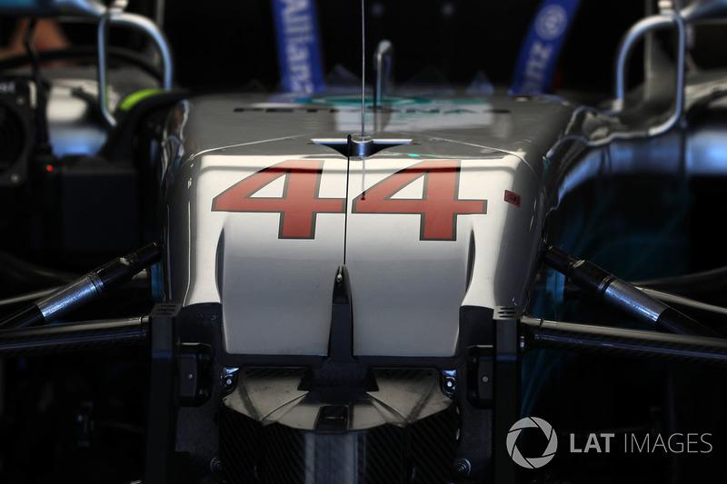 Coche de  Lewis Hamilton, Mercedes-Benz F1 W08 Hybrid en el garage