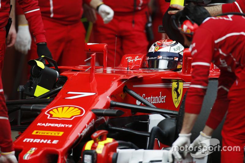 El Ferrari de Kimi Raikkonen es revisado por los mecánicos en el pit lane