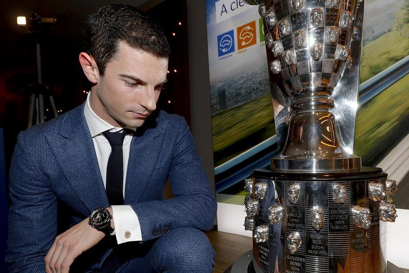 Indy 500 ganador 2016 Alexander Rossi mira su rostro el trofeo Borg-Warner