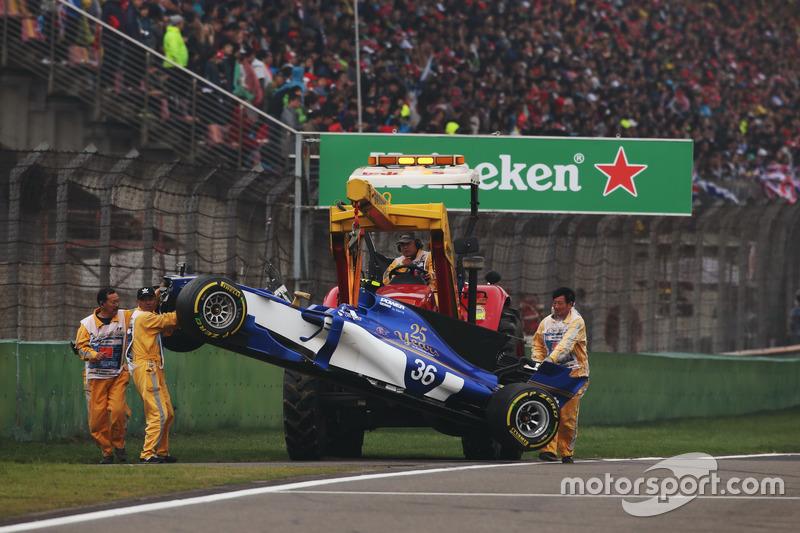 Bergung des Unfallautos von Antonio Giovinazzi, Sauber C36