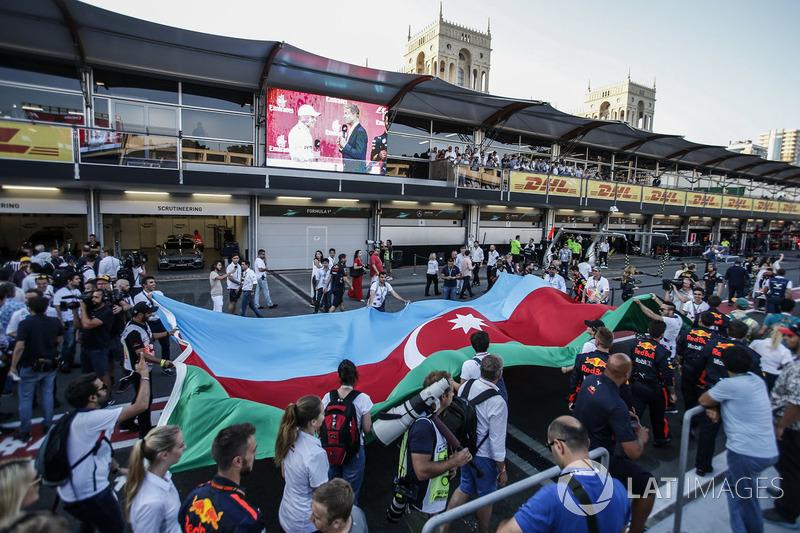 Fans observan la celebración, Valtteri Bottas, Mercedes AMG F1, David Coulthard, la bandera de Azerbaiyán