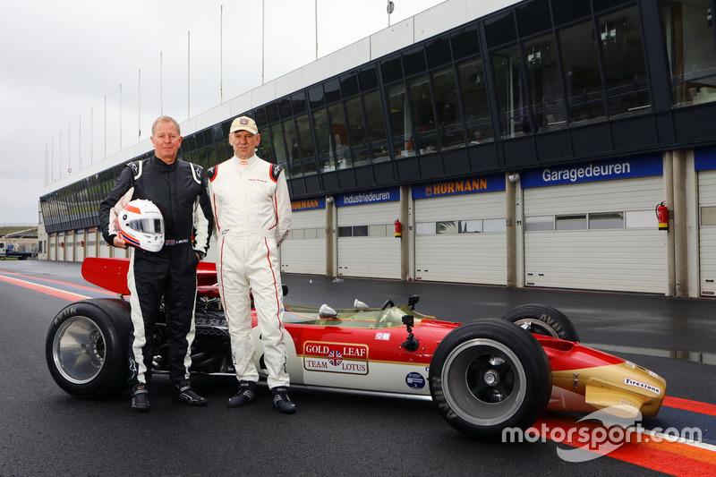 Martin Brundle en Adrian Newey met de Lotus 49B