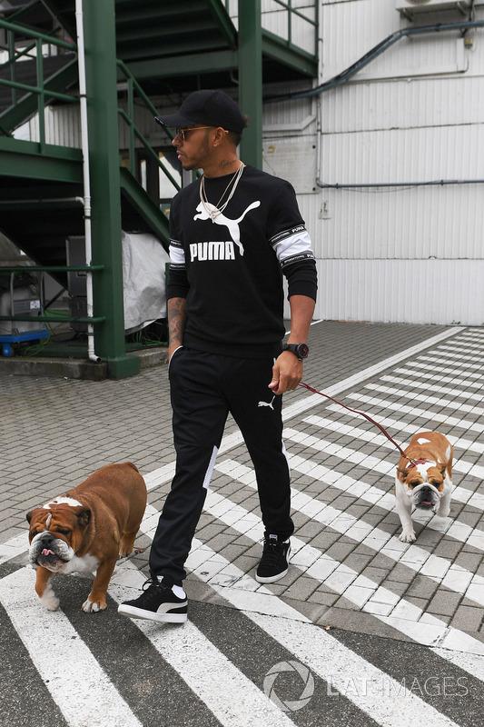 Lewis Hamilton, Mercedes AMG F1, mit seinen Hunden Roscoe und Coco