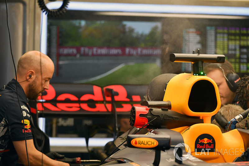Red Bull Racing RB13 у боксах