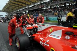 Механики Ferrari толкают автомобиль SF70H Кими Райкконена