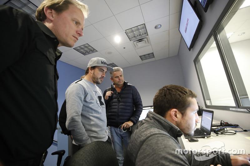 Fernando Alonso in the Honda Performance Development simulator with Engineer Eric Bretzman and Gil de Ferran