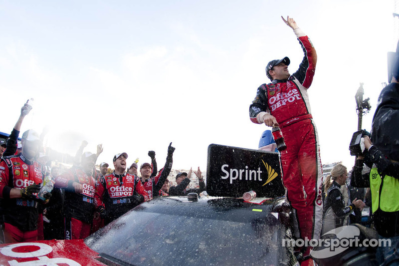 Tony Stewart gets third Chase win at Martinsville