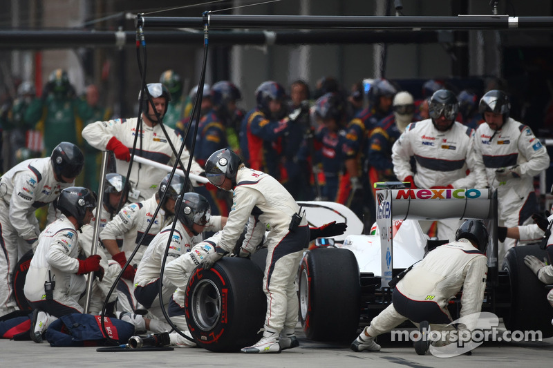 Boss blames drivers for Sauber's slow pitstops
