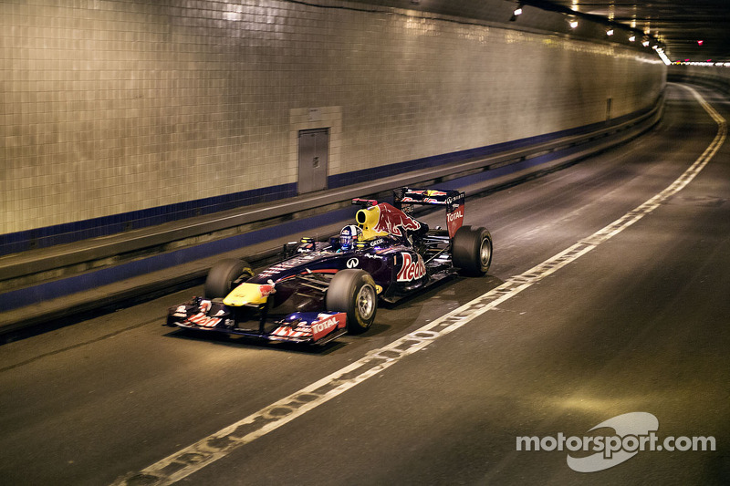 Red Bull Racing F1 car drives through Lincoln Tunnel at 190MPH - POV Video