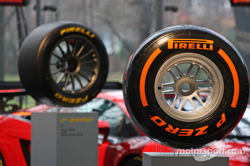 Pirelli surprises F1 with Melbourne 'supersofts'