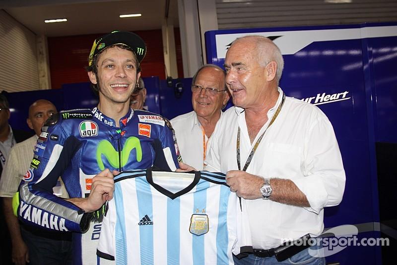 Valentino festeja con homenaje a Maradona
