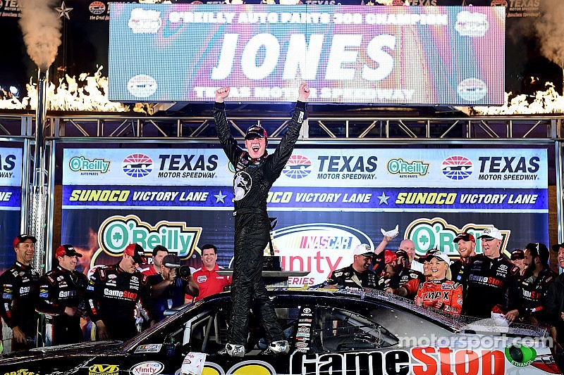Erik Jones sigue impresionando, ahora en la Happy Hour