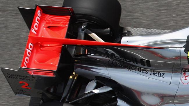 La McLaren simula l'ala posteriore tri-plana vietata