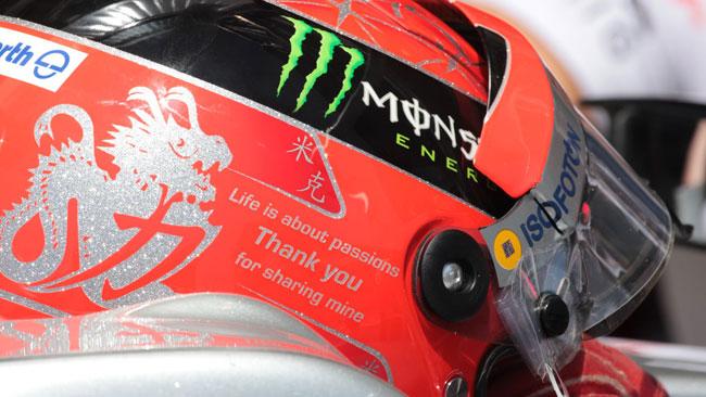 Schumacher saluta i tifosi con un tributo sul casco
