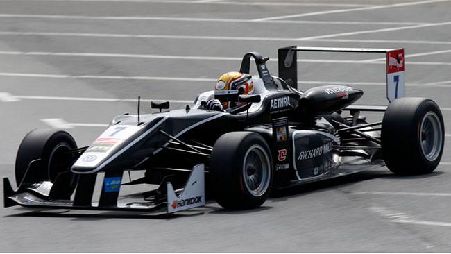 Charles Leclerc vince Gara 1 e allunga in classifica