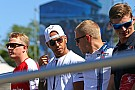 Hamilton se disculpa por portar gorra en homenaje a Wilson