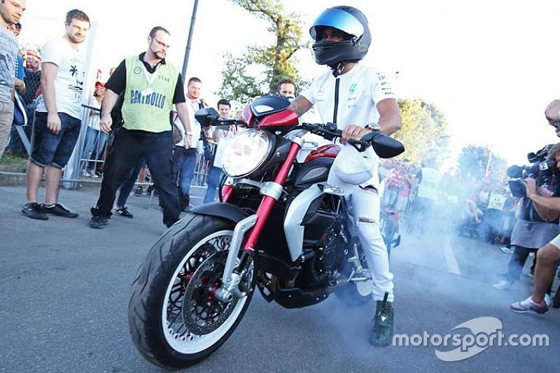 """Hamilton comemora vitória """"queimando pneu"""" de moto histórica"""