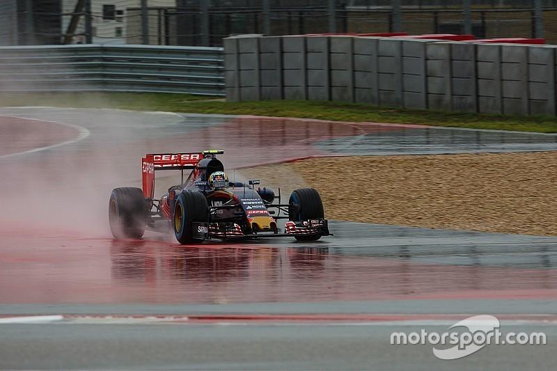 Toro Rosso corre para consertar o carro de Carlos Sainz