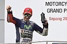 Brutto gesto di Lorenzo sul podio: pollice verso a Vale