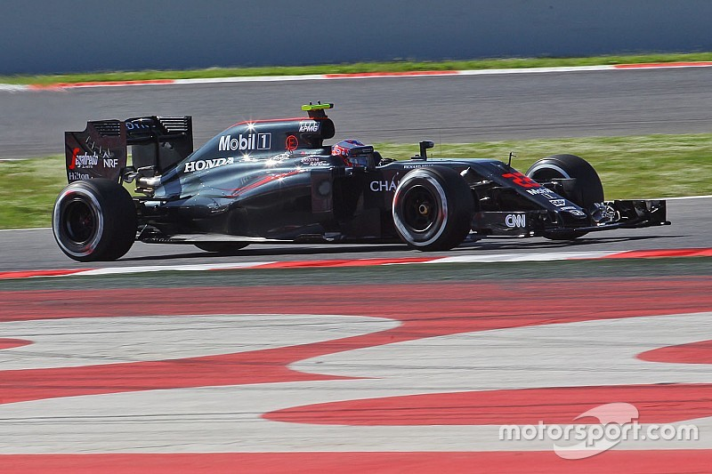 Button lidera la primera mañana de test post-gp en Barcelona