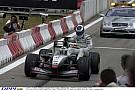 Drámai jelenet: Hakkinen alatt az utolsó körben áll le a McLaren, Schumacher rohan bocsánatot kérni