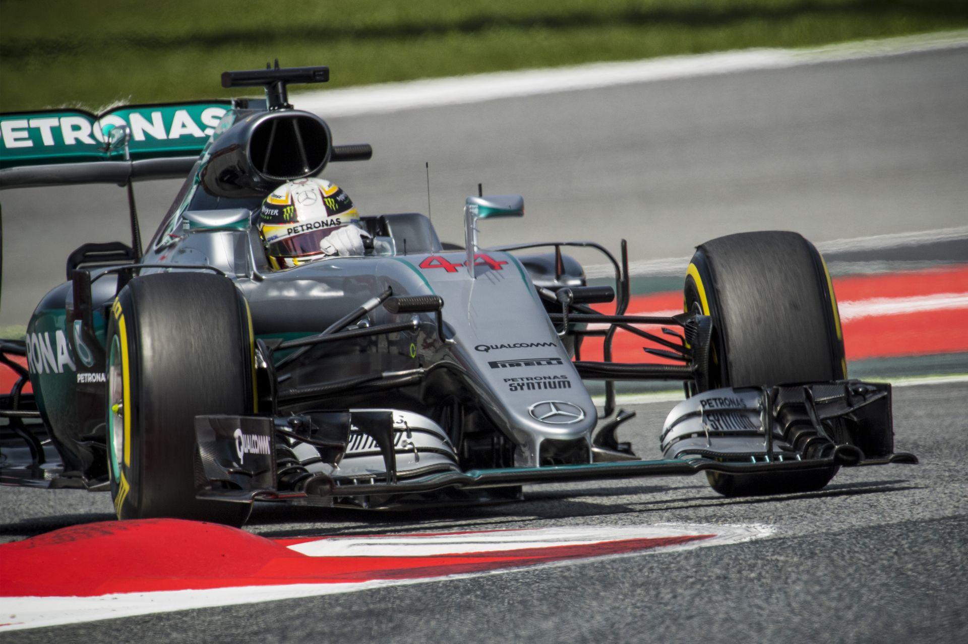 Hamilton senkit sem hibáztat, óriási bocsánatkérés a Mercedes irányába