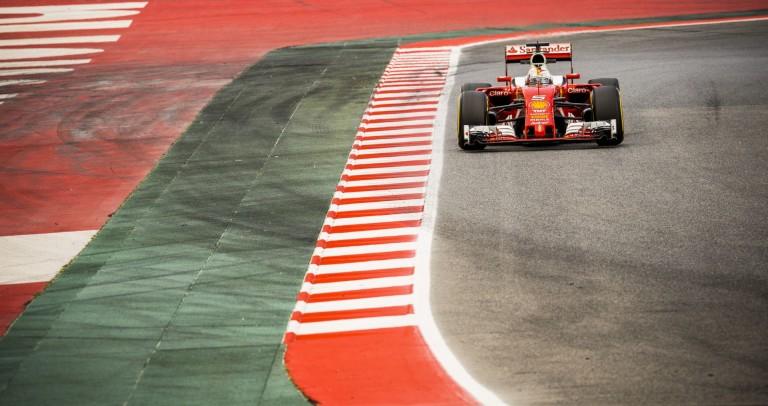 Vettel parádés előzése Sainz ellen Barcelonában: ez már Forma-1!