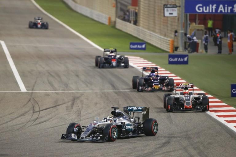 HD felvételen, ahogy Hamiltont kiüti Bottas Bahreinben: egyszer csak BUMM