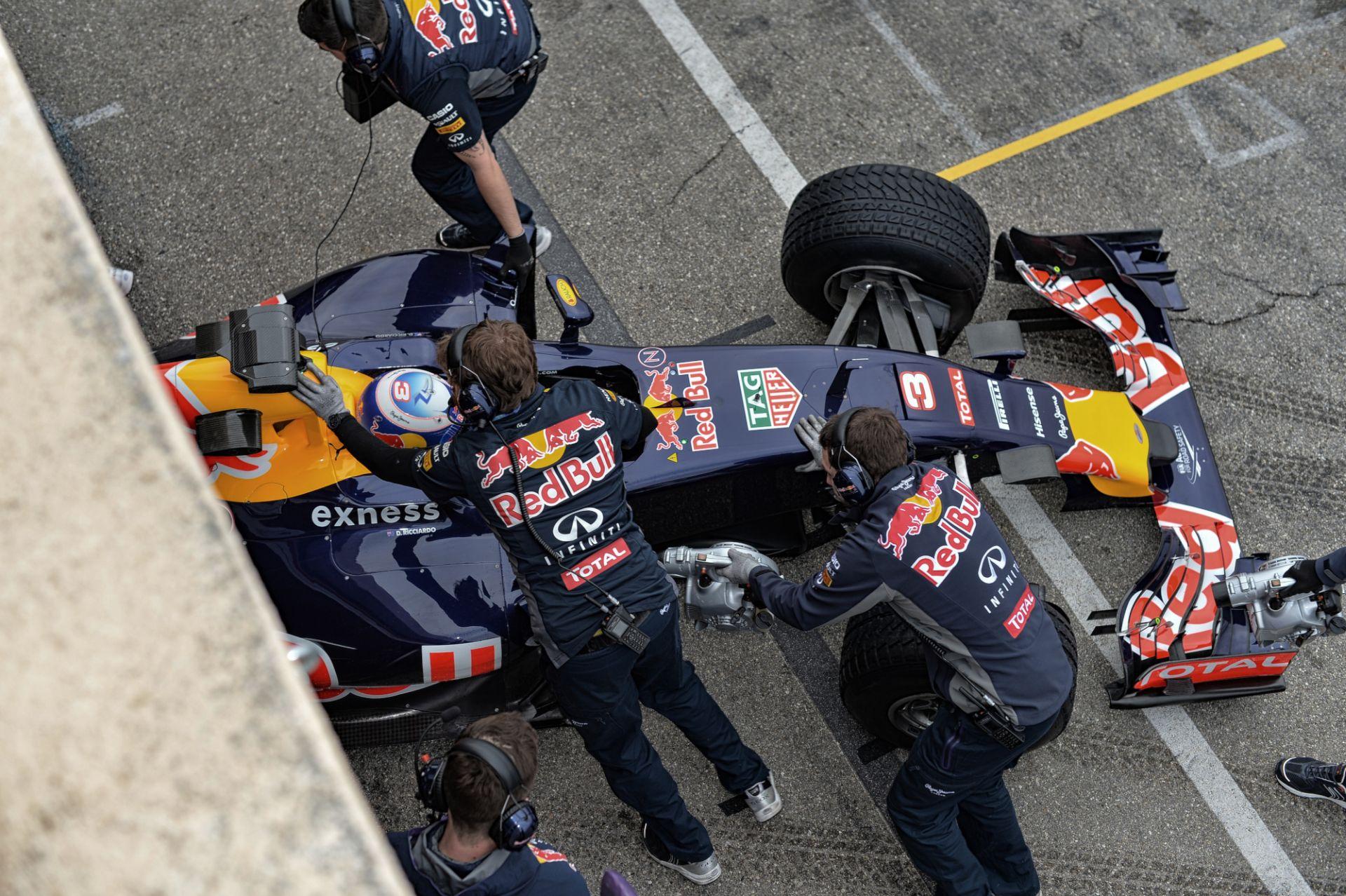Hivatalos kép, ahogy Ricciardo a félig zárt F1-es pilótafülkében ül