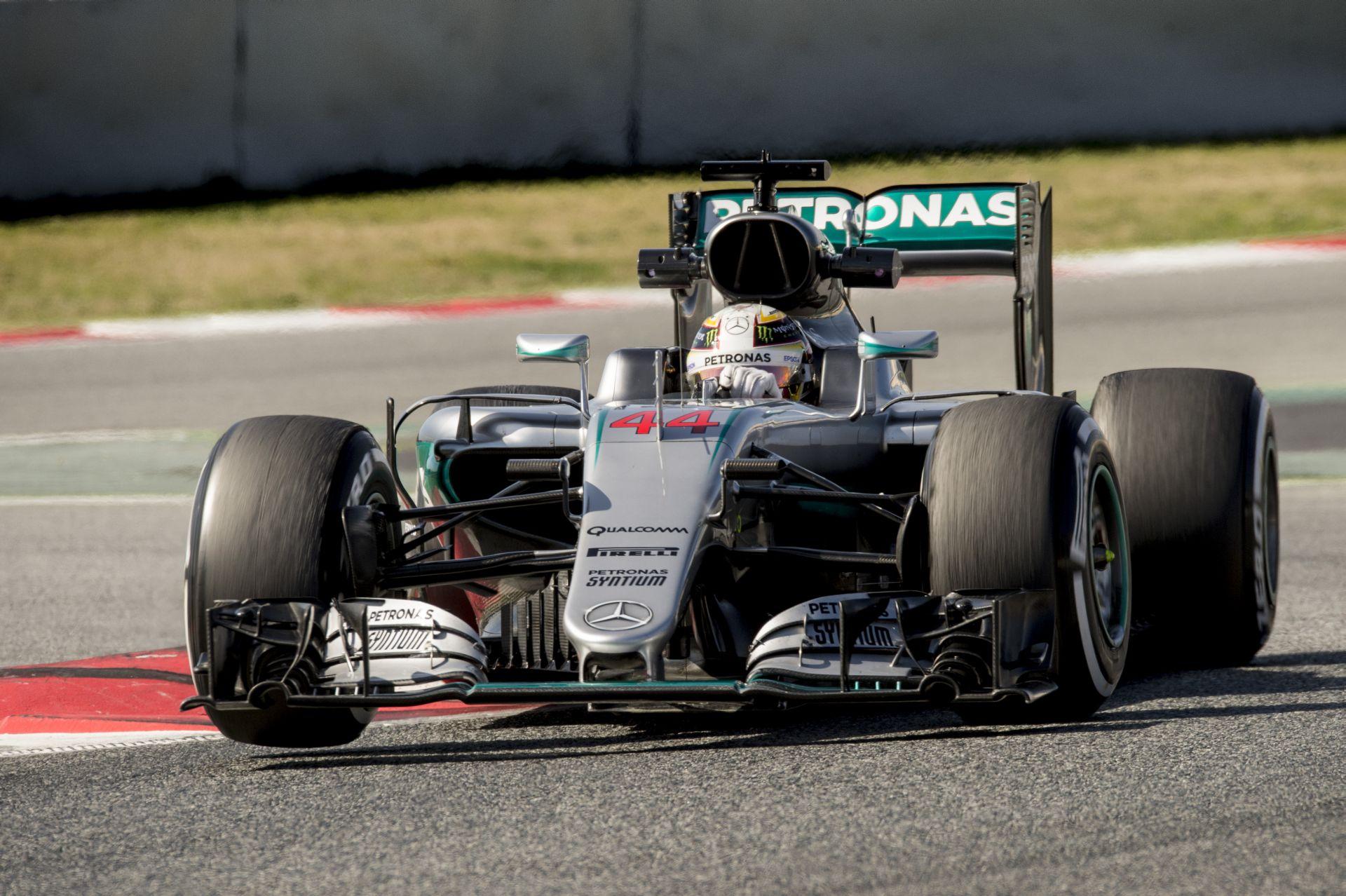 Az egyik legkomolyabb jelenet a téli F1-es tesztről: Vettel szabályosan ráesik Rosbergre