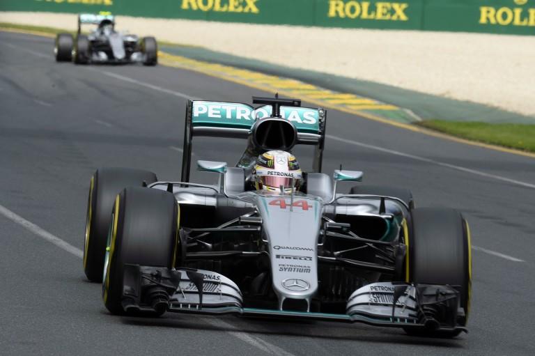 Belső kamerás felvétel, ahogy Hamilton elrontja az Ausztrál Nagydíj startját