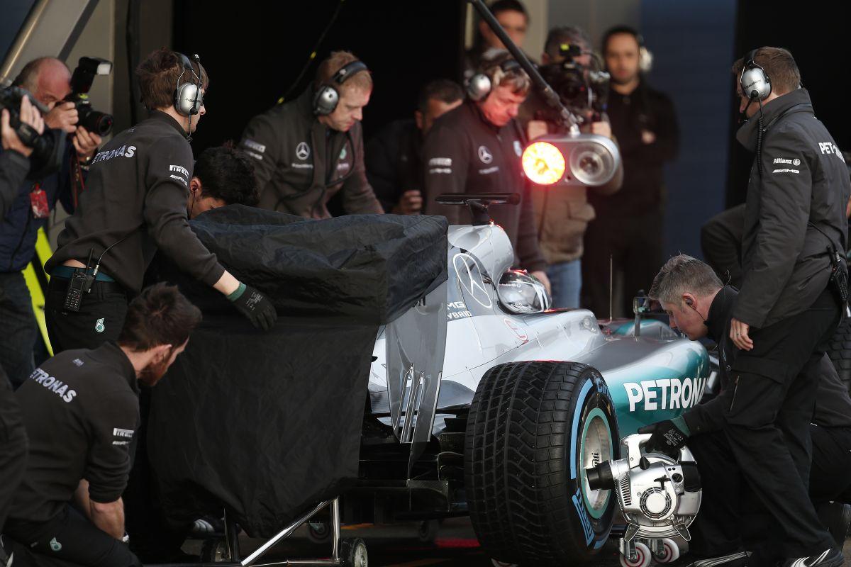Videón, ahogy beindítják a 2016-os F1-es Mercedest: komoly hangja van és jól látszik az új kipufogórendszer is