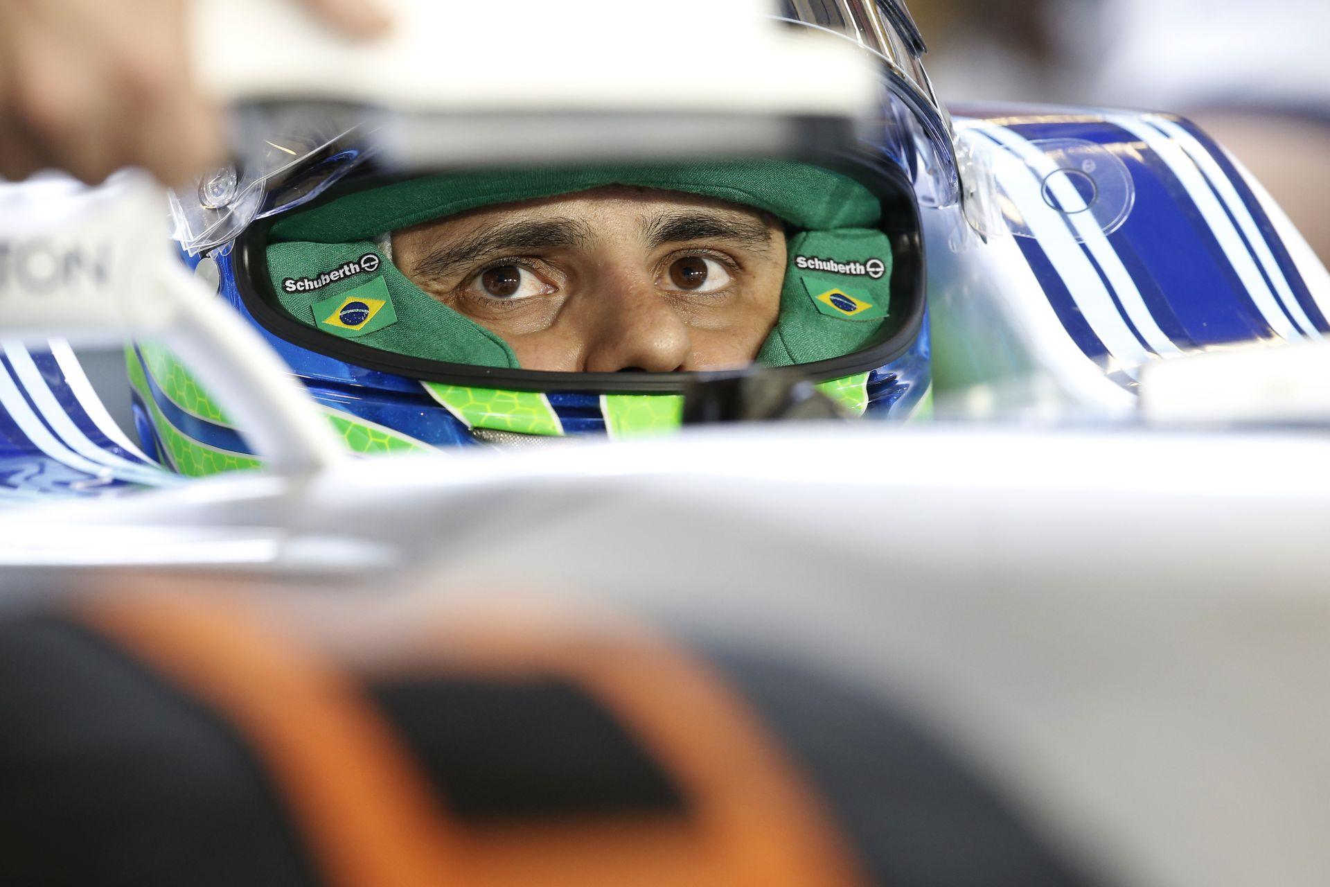 Videón, ahogy Massa elstartol Senna legendás versenygépével