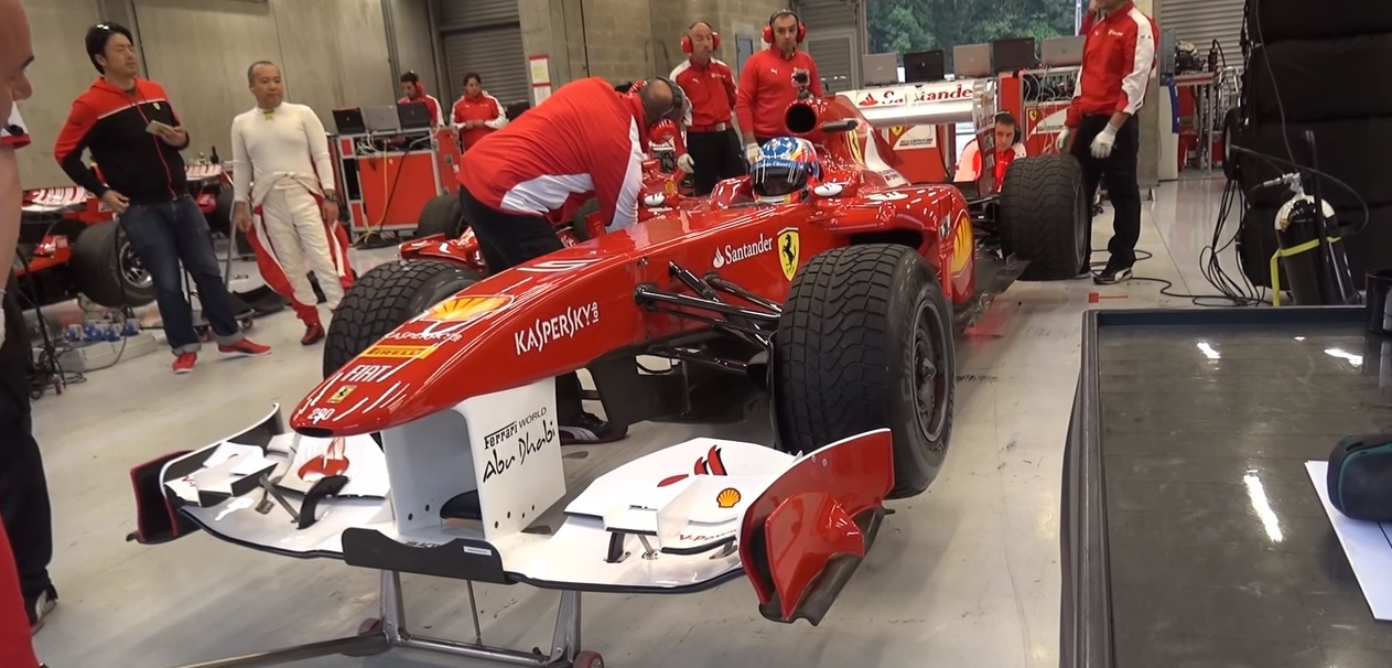 Akcióban Fernando Alonso ex-F1-es Ferrarija: ebben még V8 volt