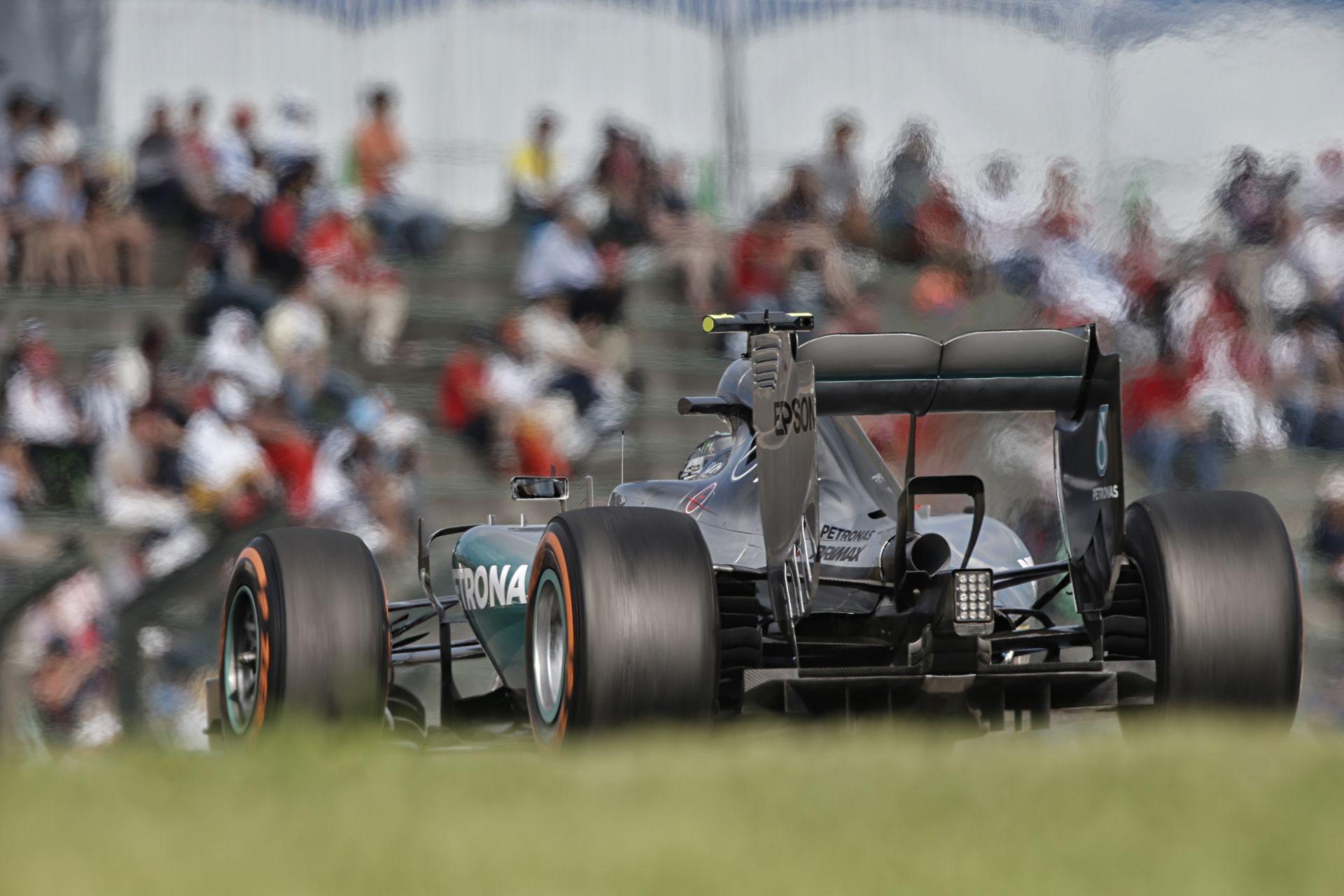 Mercedes: Mennyire jó lenne, ha a szurkolók szavazhatnának, hogy ki mikor álljon ki a bokszba!