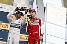"""Vettel megint odatette magát: """"Tudom Lewis, hogy csak a csajokra vársz"""""""