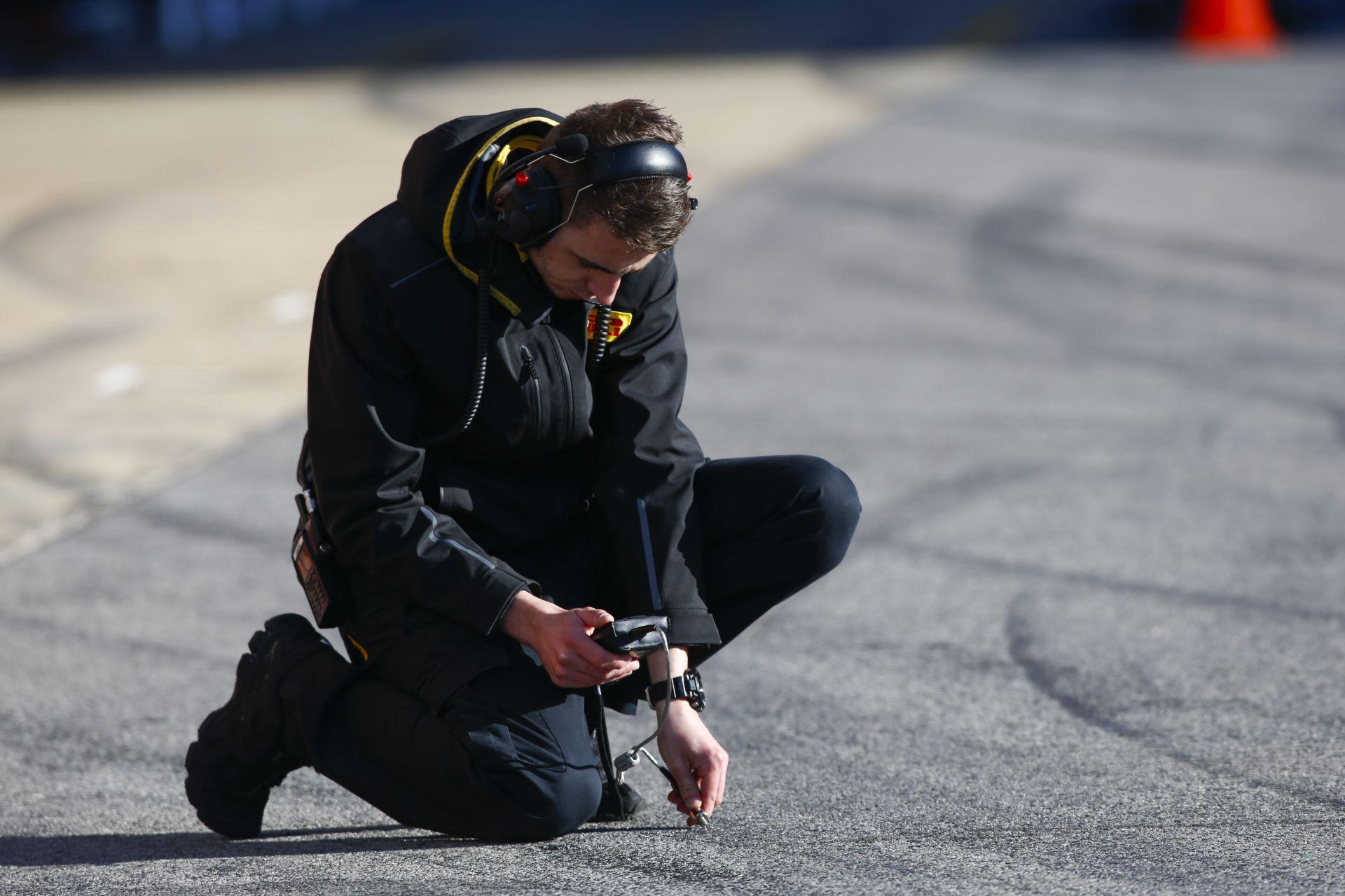 Figyeld a Ferrari csapatfőnökének arcát, miközben a Pirelli szóvivőjével beszél a defektet követően
