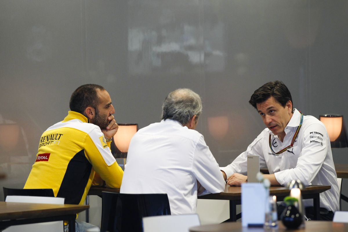 A Mercedes ünnepel, de Bianchi esete még mindig árnyékot vet a sportra