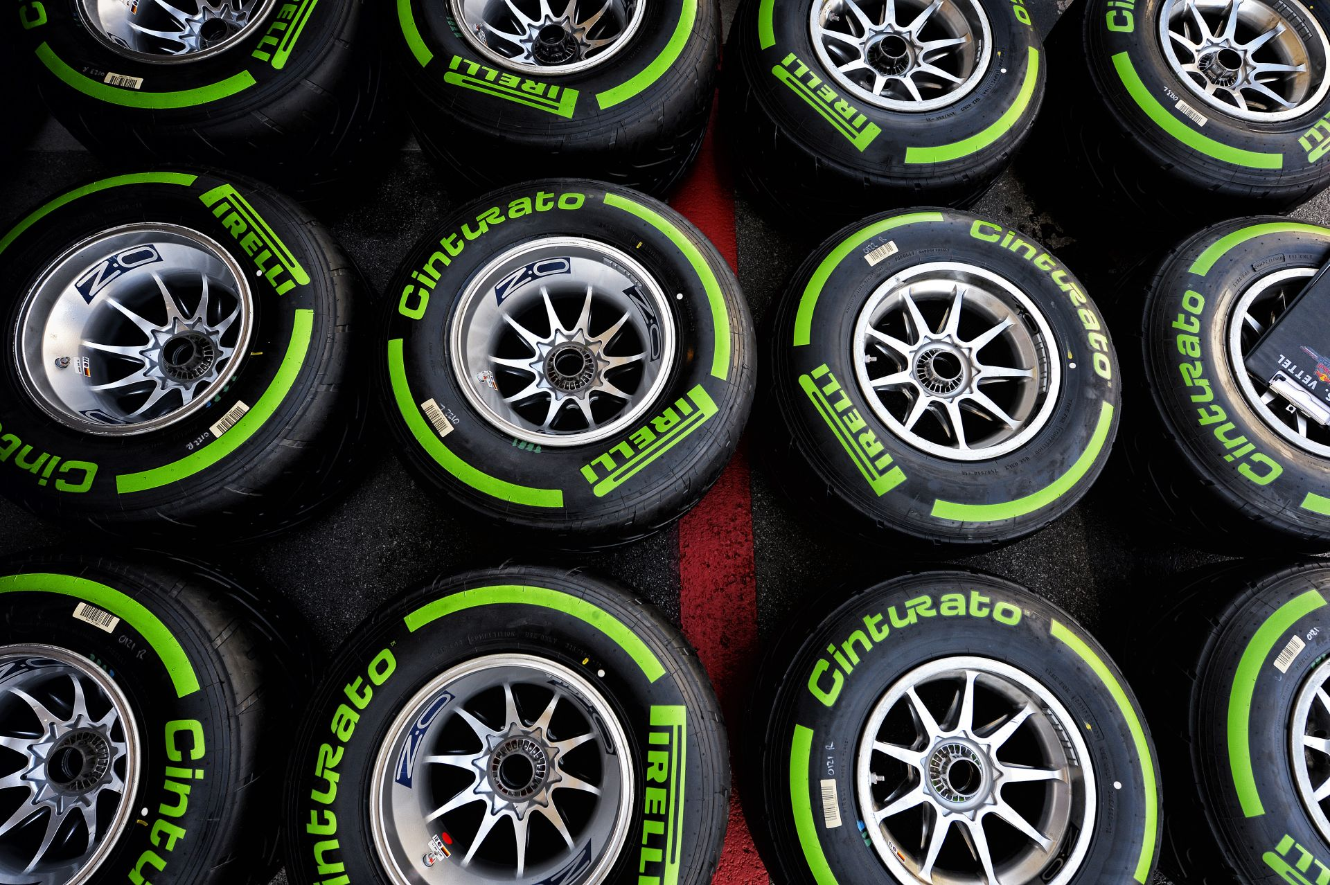 Gumiháborút a Forma-1-be! Pirelli, Michelin, Bridgestone…