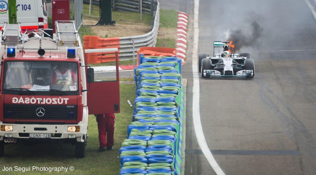 Röviden: kigyulladt Hamilton autója, a brit ismét kiesett a Q1-ben!